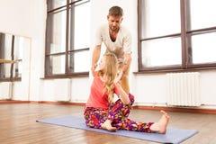 教妇女的瑜伽辅导员 图库摄影