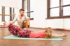 教妇女的瑜伽辅导员 免版税图库摄影
