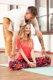 教妇女的瑜伽辅导员 库存照片