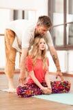 教妇女的瑜伽辅导员 免版税库存照片