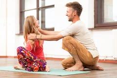 教妇女的瑜伽辅导员 免版税库存图片