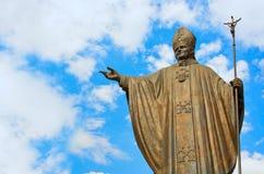 教宗若望保禄二世雕象我们的瓜达卢佩河的夫人大教堂正方形的在墨西哥 免版税库存图片