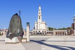 教宗若望保禄二世雕象有我们的念珠大教堂的夫人的在背景中 免版税库存照片