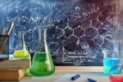 教室书桌和化学教的类拉长的黑板  库存图片