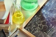 教室书桌和化学教的elevat拉长的黑板  库存图片
