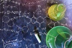 教室书桌和拉长的黑板化学教的名列前茅vi 免版税库存图片