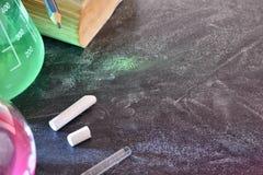 教室化学教的上面书桌和黑板  免版税库存照片