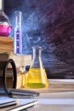 教室化学教的垂直书桌和黑板  免版税库存图片