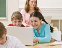 教室女孩膝上型计算机使用 免版税库存照片