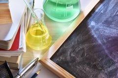教室教化学的书桌和的黑板被举起竞争 免版税库存照片