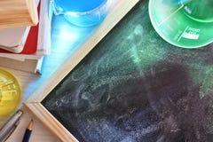 教室教化学的书桌和的黑板被举起 库存图片