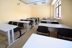 教室服务台倒空木的学校 免版税库存图片