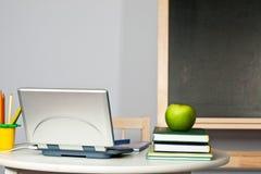 教室服务台笔记本 免版税库存图片