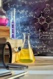 教室的书桌和教化学拉长的黑板vertic 免版税库存图片