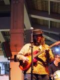 教导带基思巴尔京的榜样歌手弹吉他 免版税库存照片