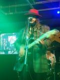 教导带榜样歌手基思Batlin在阶段唱歌并且阻塞 免版税库存照片
