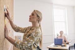 教新的雇员的女性领导人 库存照片
