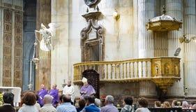 主教管区的拉斐尔Zornoza主教男孩在卡迪士大教堂里庆祝基督徒大量 安大路西亚,西班牙 免版税库存图片