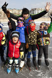 教练他滑冰的小组 免版税库存图片