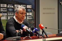 教练会议橄榄球新闻 免版税图库摄影