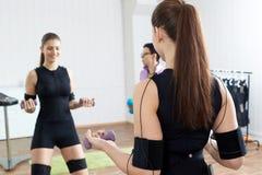教练员协助女运动员做体操止血带锻炼 库存照片