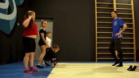 教练员参与与孩子的体操 股票视频