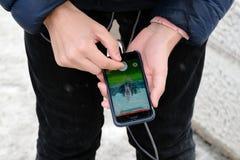 教练员Pokemon去抓住传奇Pokemon MewTwo 库存图片