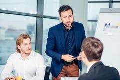 教练在办公室的上司领导 在工作培训 企业和教育概念 库存图片