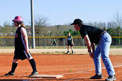 教练女孩s垒球 免版税库存图片