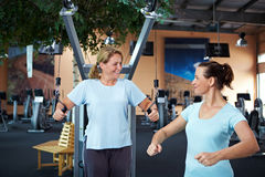 教练女性健身帮助 图库摄影