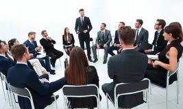 教练带领与企业队的会议 库存图片