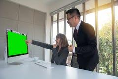 教练年轻个人秘书助理、组长或者高级管理人员的公司经理画象解释工作责任 免版税图库摄影