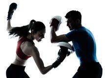 教练执行boxe的人妇女 库存图片