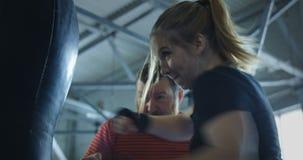 教练拳击的训练女孩 影视素材