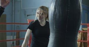 教练拳击的训练女孩 股票视频