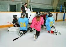教练曲棍球运动员实践 库存图片