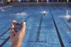 教练规定期限游泳者, 免版税库存图片