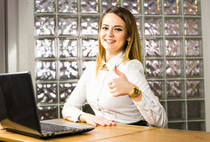 教育、企业和技术概念-显示与便携式计算机的微笑的女实业家或学生赞许 库存图片