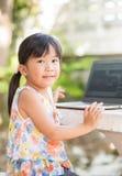 教育、学校、技术和互联网概念-逗人喜爱的亚洲人 免版税库存照片