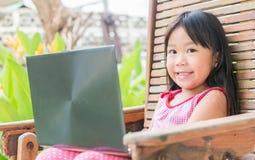教育、学校、技术和互联网概念-逗人喜爱的女孩w 免版税库存照片