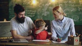 教育、科学、技术、儿童和人概念 教师在教室 教师和学员 回到学校 股票视频