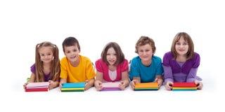 教育与五颜六色的书的孩子 免版税库存图片