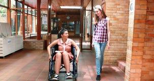 教育互动与她的残疾朋友的女孩在走廊 影视素材