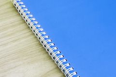 教育产业想法书套的空白的蓝皮书空的盖子书螺旋文具学校用品设计笔记本备忘录  库存照片