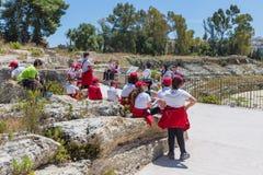 教育参观Syracusa,意大利的希腊剧院学生 免版税图库摄影