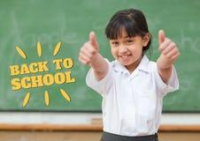 教育和回到站立在类的学校课文和愉快的女孩 免版税库存照片