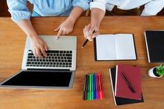 教育和学校概念、学会测试或检查的学生校园或者同学个别辅导的追赶的朋友  库存图片