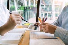 教育和学校概念、学会测试或检查的学生校园或者同学个别辅导的追赶的朋友  免版税库存照片