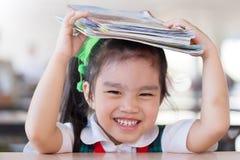 教育和学校概念亚洲(日本,汉语,韩国)俏丽的女孩举行书和读书 库存照片