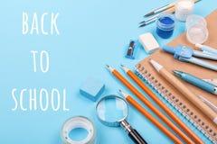 教育固定式在与题字BackTo学校的蓝色背景 免版税库存图片